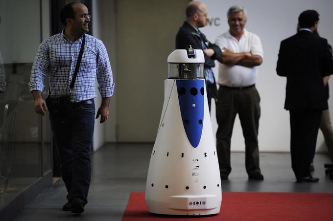 Primeiro robô vigilante do país já patrulha corredores mas ainda  não prescinde de seres humanos